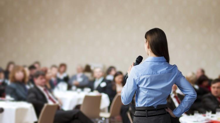 Ți-e frică de vorbitul în public? Nimănui nu-i pasă