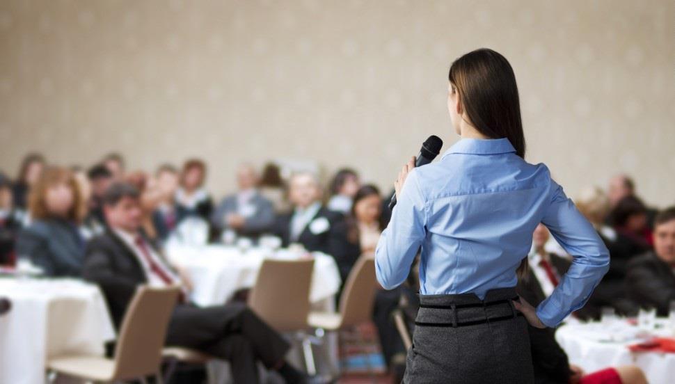Cum să-ți îmbunătățești vocea pentru o prezentare