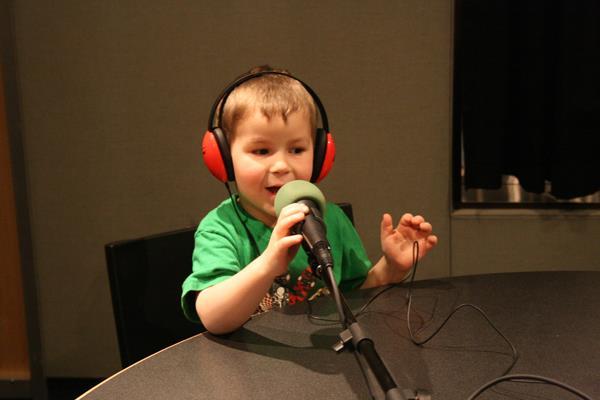 Copilul tău poate fi vocea reclamelor. Înscrie-l acum în Magazia de Voci pentru copii