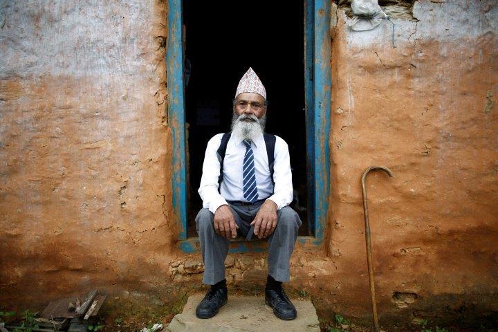 Un bunic de 69 de ani este elev de liceu în Nepal – VIDEO