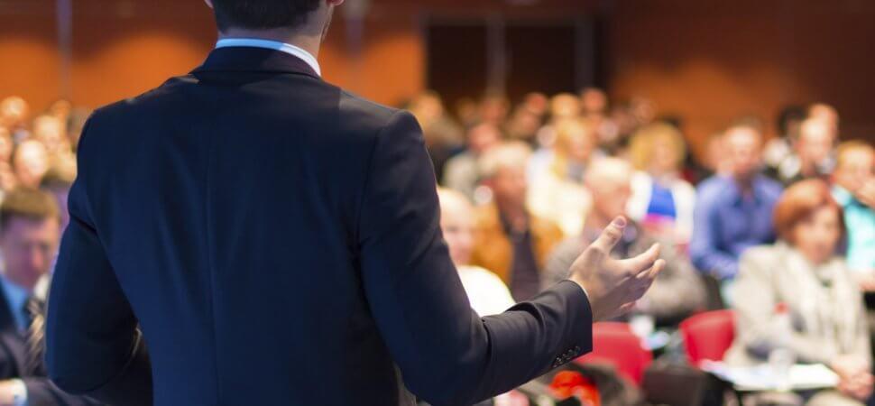 Cum te îmbraci atunci când ai de vorbit în public?