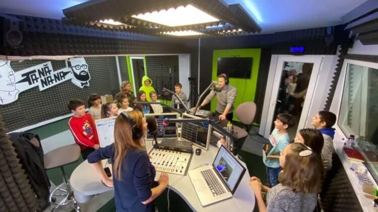 La radio! Elevii Școlii TV au citit știri în direct la Radio (TANĂNANA)