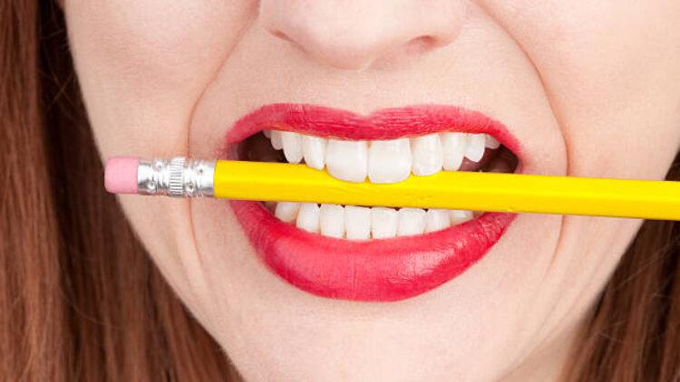 Studiu: exercițiile de dicție cu creionul în gură te fac mai fericit